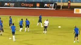 Prezident Libérie Weah při rozcvičce před zápasem s Nigérií