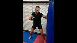 Jakub Šindelář vyměnil kopačky za MMA