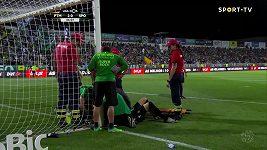 Sebastian Coates zachraňuje život brankáři Sportingu