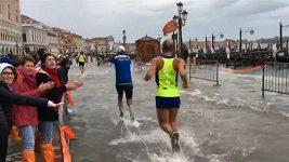 Maratónci běželi zatopenými Benátkami