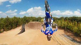 Dron zachytil akrobatické kousky motokrosového závodníka