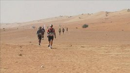 Běžci bojovali s pískem a sluncem při maratonu na Ománské poušti