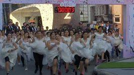 300 nevěst závodilo v běhu na tři kilometry o vysněnou svatbu