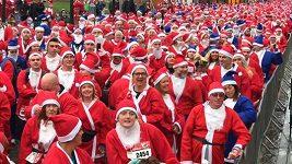 Stovky Santa Clausů závodily v Liverpoolu v běhu na pět kilometrů