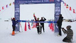 Maratonu v Antarktidě se v extrémních podmínkách zúčastnilo 57 běžců