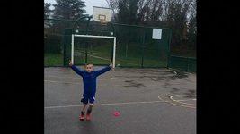 Šestiletý Angličan předvádí neuvěřitelnou trefu s rugbyovým míčem