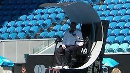 Nečekaný problém rozhodčího na Australian Open před zápasem českých hráček.