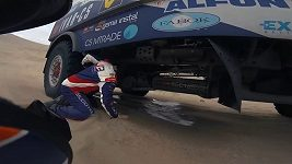 Dakar se pro Buggyru změnil v peklo. Oba piloti nocovali na trati