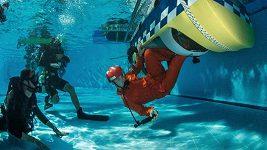 Místo do vzduchu musí akrobatičtí piloti do bazénu! Trénují přistání do vody