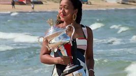 Naomi Ósakaová pózovala na pláži s trofejí