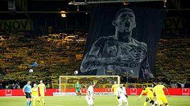 Fotbalisté a fanoušci Nantes vzdali hold svému bývalému hráči Emilianu Salovi.