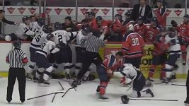 Univerzitní hokej v Kanadě se proměnil v hromadnou bitku.