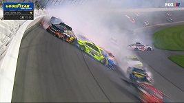 Drsný karambol při závodech NASCAR