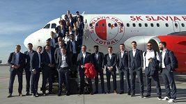 Slavia stejně jako velkokluby. Létá letadlem v klubových barvách.