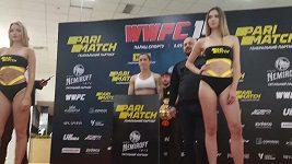 Veřejné vážení před obhajobou v Kyjevě. Zápasnice MMA Eva Dourtheová a Magdaléna Šormová.