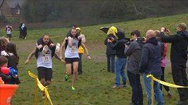 V Británii se konal šampionát v běhu s manželkami na zádech