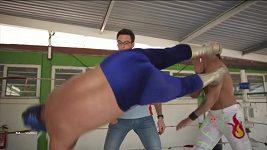 Thierry Neuville zkouší mexický wrestling