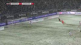 Záložník Hannoveru Genki Haraguči kličkou položil gólmana a pálil do prázdné brány. Balón ale uvízl ve sněhu.