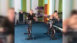 Ukrajinská gymnastka a osobní trenérka při tréninku