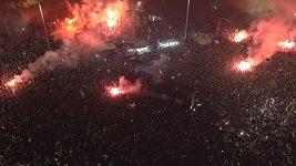 fanoušci PAOKu Soluň oslavují v ulicích města titul pro mistra řecké ligy, na který čekali dlouhých 34 let.