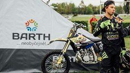 Freestyle motokrosař Filip Podmol v Pardubicích několikrát přeskočil na motocyklu Taxisův příkop.