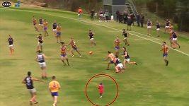 Při zápase australského fotbalu se mezi hráče přimotalo dvouleté batole