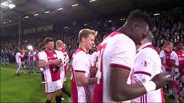 Přišel čas radosti. Fotbalisté Ajaxu slaví ligový titul.