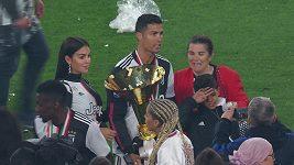 Ronaldovi se pózování s trofejí moc nepovedlo.