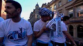 Fotbalisté Manchesteru City slavili své tituly v ulicích