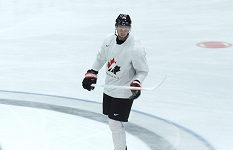 """Kanadský útočník Anthony Mantha hraje s """"neviditelnou"""" bílou hokejkou. Proč?"""
