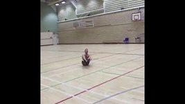 Gymnasta předvedl fantastický basketbalový trik