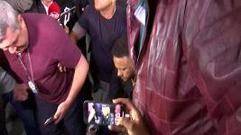 Brazilský fotbalista Neymar jede na kolečkovém křesle vypovídat na policejní stanici.