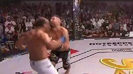 Virgil Zwicker (zády) a jeho hlavička, kterou inkasoval Attila Végh. Ovlivnil tento moment zápas?