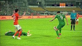 Fotbalista nezvládl odkop a ještě zavinil penaltu