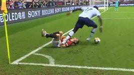 Ošklivý faul Moussy Sissoka během utkání Tottenham–Manchester United.