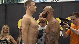 Poprvé si pohlédli do očí. Tihle zápasníci MMA se pobijí na Štvanici.