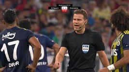 Fotbalistu Fenerbahce vypískali fanoušci. Zastavil proto hru a chtěl odejít ze hřiště