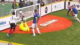 Parádní gól na mistrovství světa bezdomovců v malém fotbale