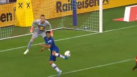 Fotbalista Chelsea Pedro předvedl akrobatický gól patičkou.