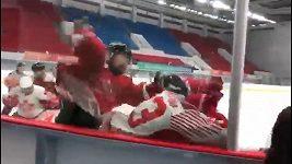 Čínští hokejisté napadli v přesile hráče hongkongského týmu.