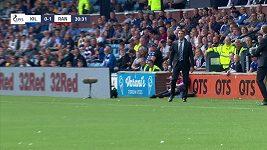 Steven Gerrard zpracoval vysoký balón v polobotkách.
