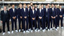 Co si sbalili čeští basketbalisté do Asie? Nové obleky, boty navíc i speciální brýle