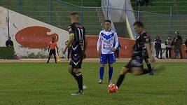 Bolivijský fotbalista předvedl parádní gól ze standardní situace.