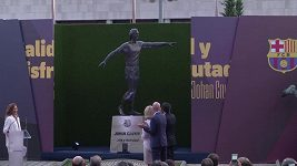 Na Camp Nou byla odhalena socha Johana Cruyffa