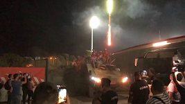Fotbalisté Crvené zvezdy oslavili postup do Ligy mistrů na obrněném transportéru