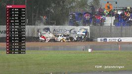 Drsná havárie jedenácti aut během závodu