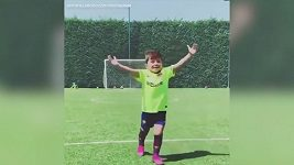 Mateo Messi předvádí gólovou oslavu svého slavného otce
