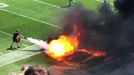 Fanoušky NFL vyděsil požár na hřišti.
