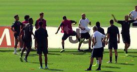 Argentinec Gonzalo Higuaín neudržel nervy na uzdě a nakopl trenéra Juventusu