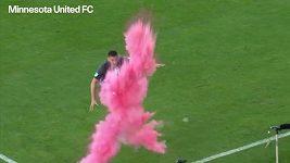Chlapec, nebo dívka? Fotbalista splnil přání dvěma fanouškům.